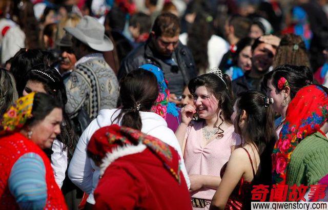 吉普赛人在集市买卖新娘 凭容貌来决定多少钱
